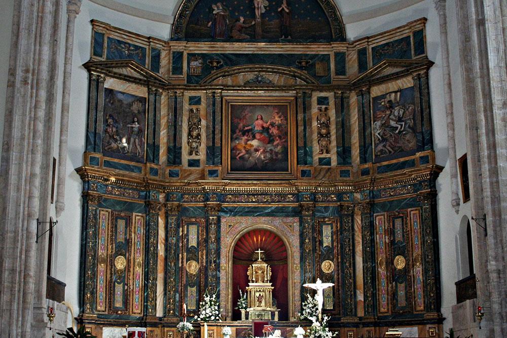 The altar inside Nuestra Señora de la Asunción