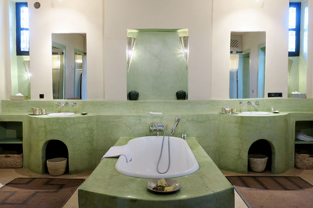 The bath of our Superior Suite at Dar Ahlam in Skoura, Morocco