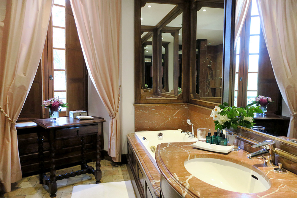 The bath of our Louis XIII junior suite