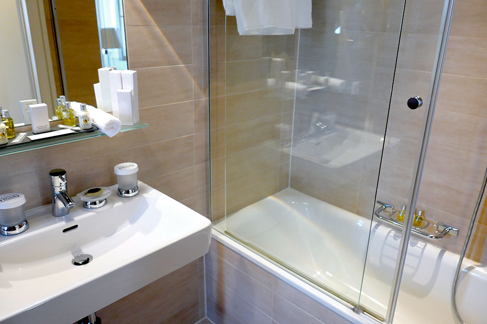 Small bath in our Junior Suite at Château d'Ouchy