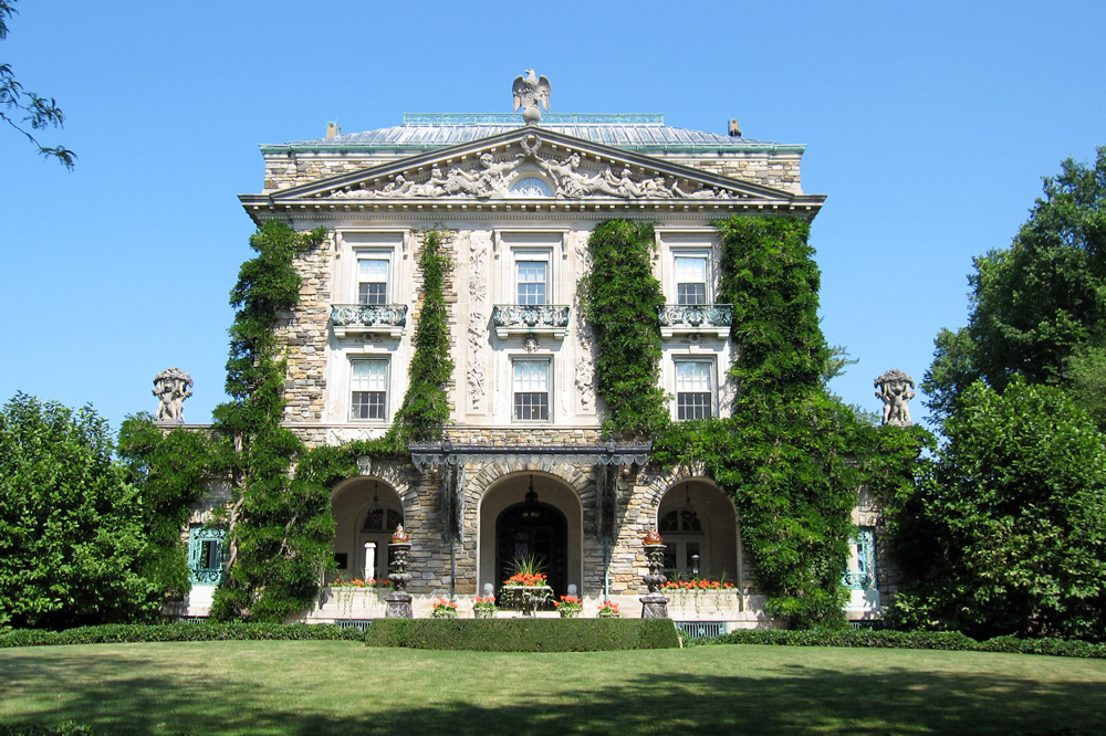 Garden and front facade of Kykuit, Tarrytown, New York - Wikimedia/daderot