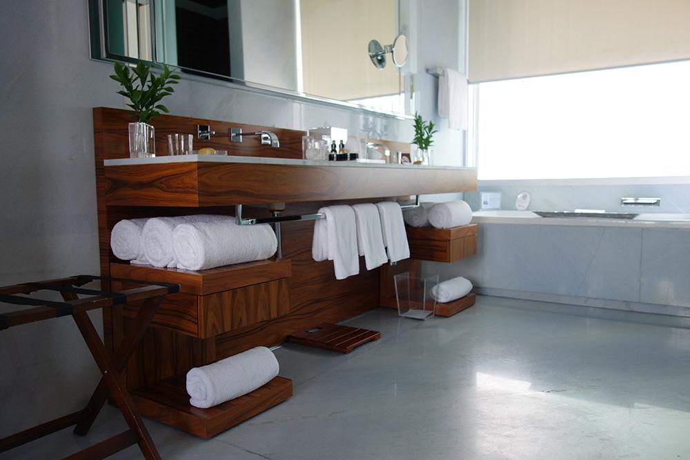 The bath of our Corner Suite at Las Alcobas