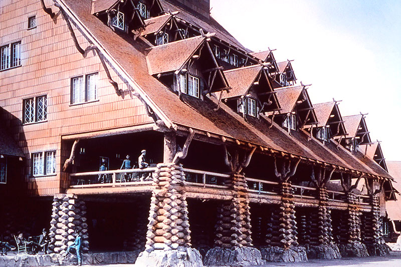 Old Faithful Inn's unique log structure, early 1900s - © National Park Service