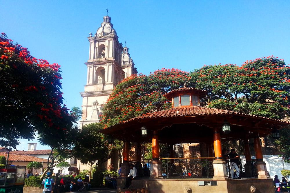 The towers of Parroquia de San Francisco de Asís seen from Central Plaza