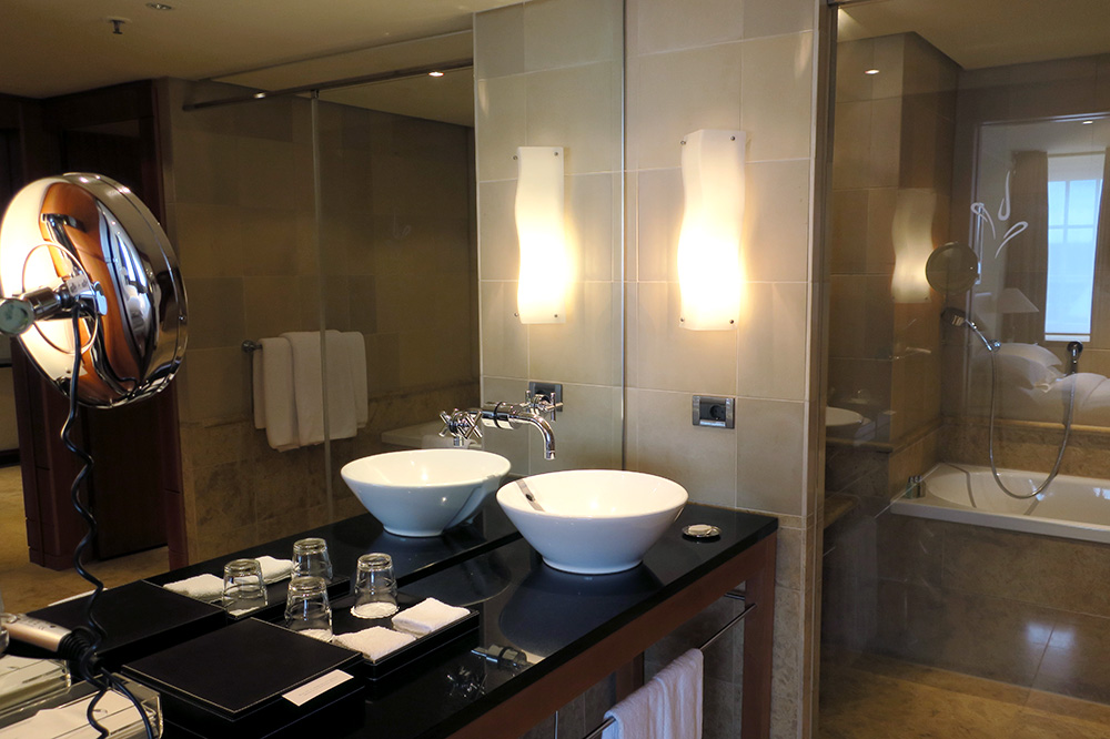 The bath of our Club Deluxe King room at the Park Hyatt Hamburg