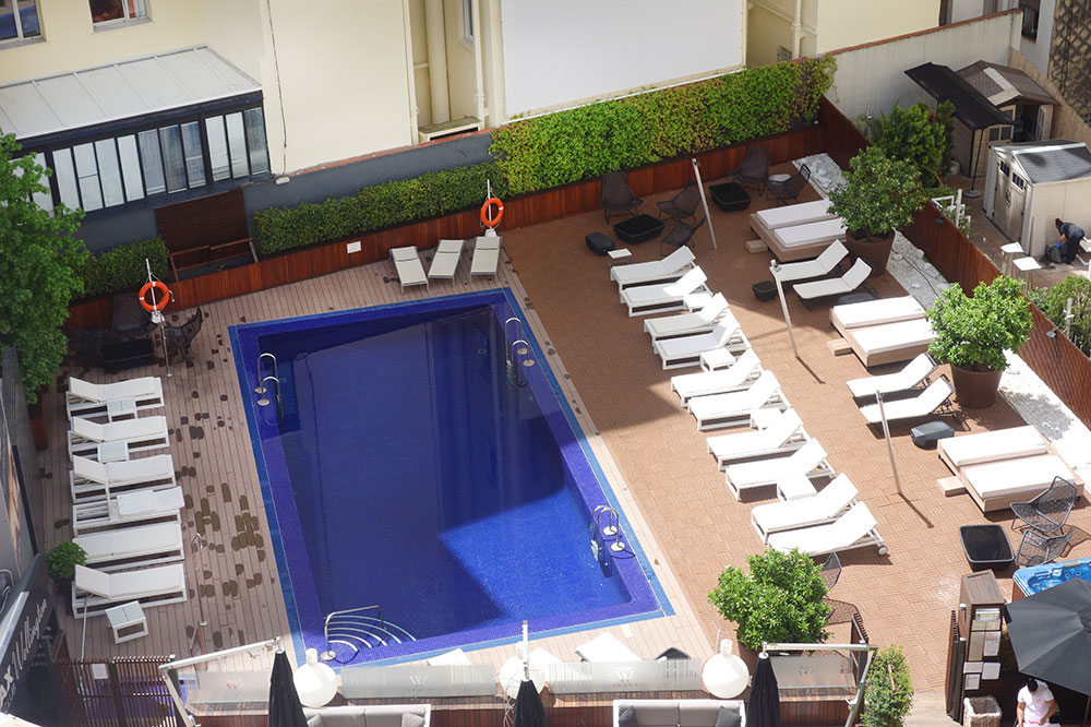 A view of the pool and pool deck at Hotel Wellington
