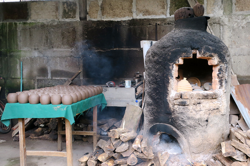 A kiln firing up at Miguel Angel Calero's workshop in San Juan de Oriente, Nicaragua
