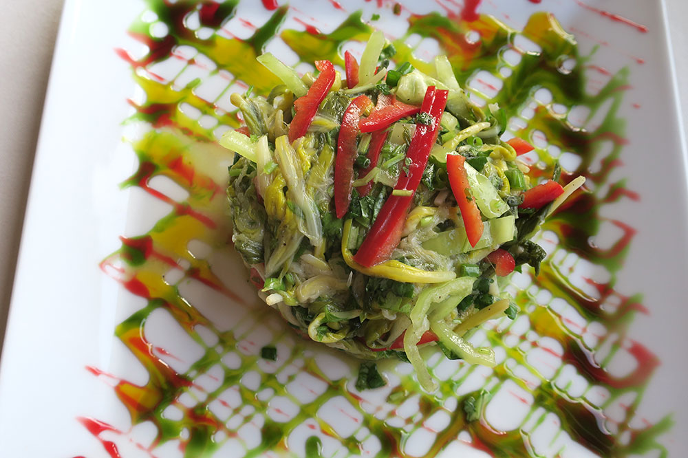 Wild garlic-green salad with grapeseed oil from the restaurant at the Schuchmann Hotel